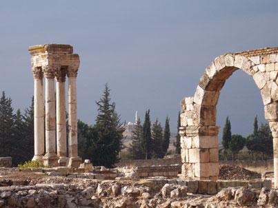 Mesquita al fons i restes romanes en primer pla