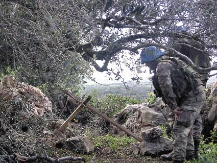 Un soldat inspeccionant una rampa de llençament d'un dels coets...